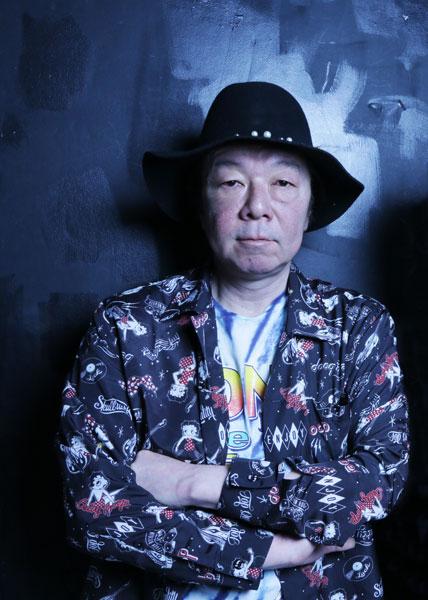 黒いハットをかぶって腕を組んでいる古田新太の画像